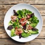 Italský letní salát s pistáciovými oříšky a zálivkou z balzamik
