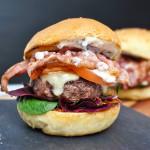 Marks & Spencer burger s vyzrálým čedarem a slaninou