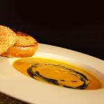 Polévka z pečené mrkve a česneku