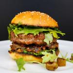 Telecí burger scaponatou a bazalkovým pestem