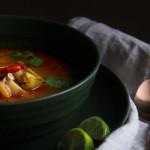 Tom yum goong nam khon – ostrá a kyselá krémová polévka skrevetami