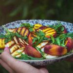 Quinoa salát s grilovanými broskvemi a sýrem halloumi z M&S potravin