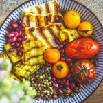 Letní miska s grilovanou zeleninou a sýrem z M&S potravin