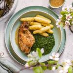 Pečený králík na cibuli a česneku s bramborovým knedlíkem a špenátem