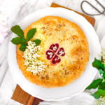 Rebarborovo – jahodový koláč s květy bezu